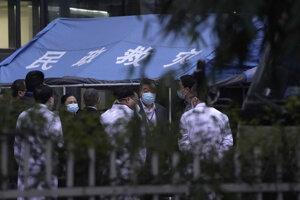 Čínski zdravotníci po návšteve expertov.