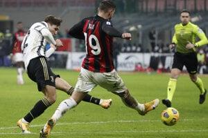 Federico Chiesa (vľavo) strieľa gól v zápase AC Miláno - Juventus Turín.