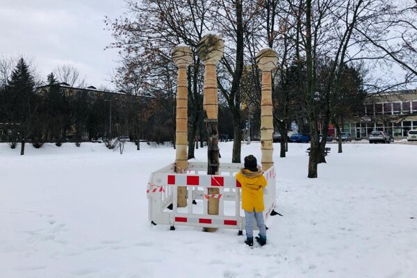 Pokazená fontána môže ohroziť okoloidúcich, najmä malé deti.