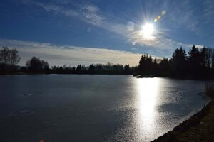 Zamrznutý rybník leží južne od dedinky Ďanová.
