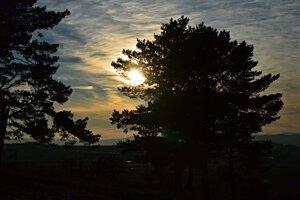 Ani deň, ani noc...len tá každodenná slnečná derniéra na oblohe.