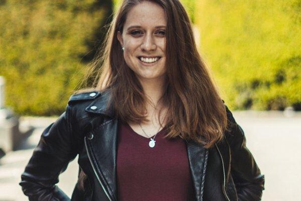 Antónia Haľková pochádza z Bystrého, má 19 rokov. Pred nástupom na vysokú školu v Košiciach študovala na Gymnáziu Svätej Moniky v Prešove.