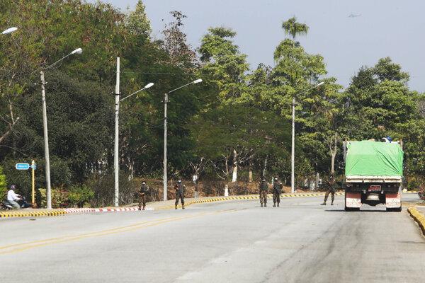 Vojaci na stanovišti v mjanmarskom hlavnom meste Nepjito.