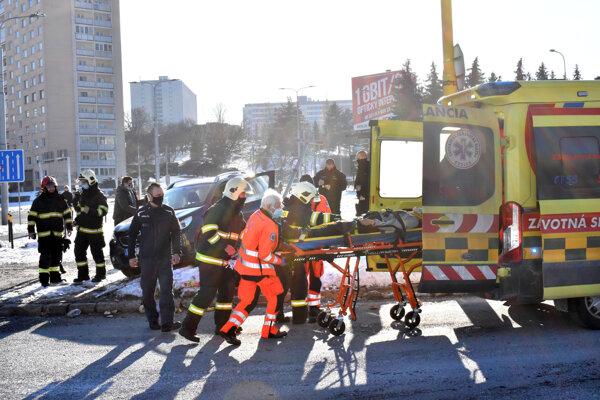 Záchranka poskytla žene prvú pomoc.