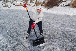 Pred hokejovým tréningom na zamrznutej prírodnej ľadovej ploche si trebalo najprv odhrnúť sneh.