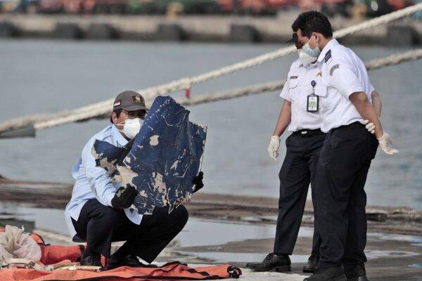 Indonézski vyšetrovatelia skúmajú trosky, ktoré vytiahli z vôd Jávskeho mora z havarovaného lietadla indonézskej spoločnosti Sriwijaya Air, ktoré sa začiatkom januára krátko po štarte zrútilo so 62 ľuďmi na palube, v prístave Tanjung Priok Port v Jakarte 21. januára 2021.