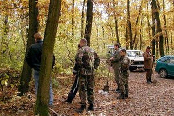 Telo hľadali policajti v lese opakovane. Martinin provizórny hrob nenašli.