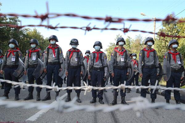 Mjanmarská polícia strážiaca kancelárie volebnej komisie.