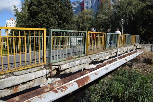 Poškodená lávka pre peších ponad Podlužianku v Leviciach.