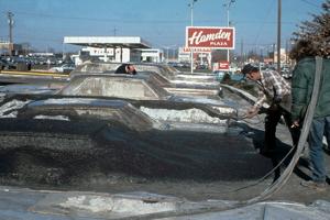 1977 - Zakopané autá vyplnené betónom pokryli tenkou vrstvou asfaltu.
