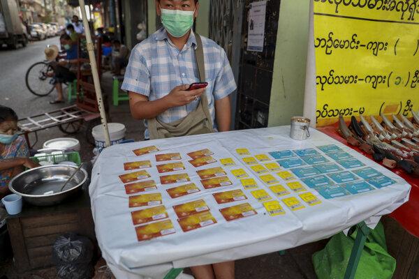Predajca SIM kariet v Mjanmarsku.