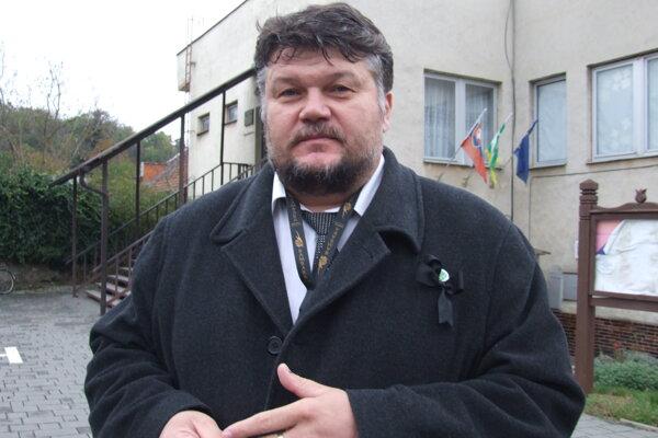 Starosta Róbert Balkó pred obecným úradom.