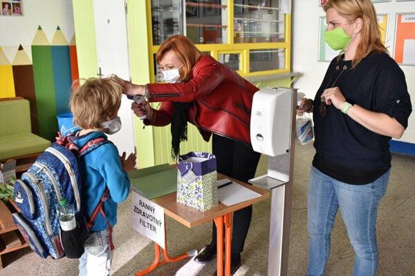Návrat detí do škôl je podmienený testovaním jedného z rodičov.