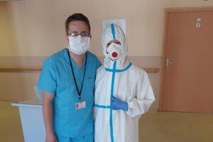 Michal Adamišin sa už naučil usmievať aj v rúšku a navlečený v  hygienickom obleku.