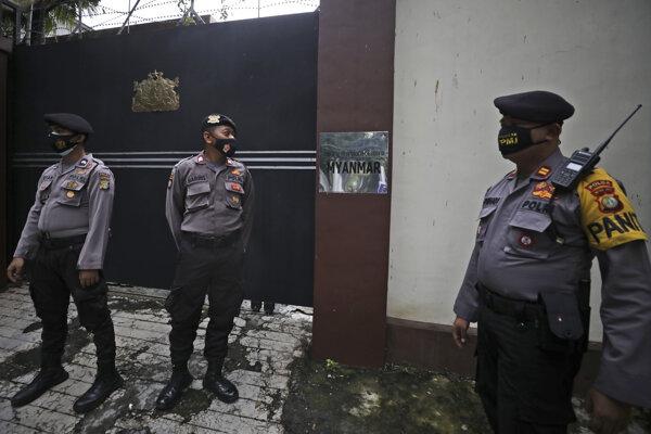 Príslušníci polície v Mjanmarsku.