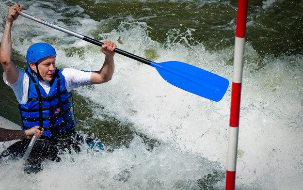 Minister vnútra Daniel Lipšic sa zúčastnil na tréningu vodných slalomárov rezortu vnútra v Čunove, máj 2011.