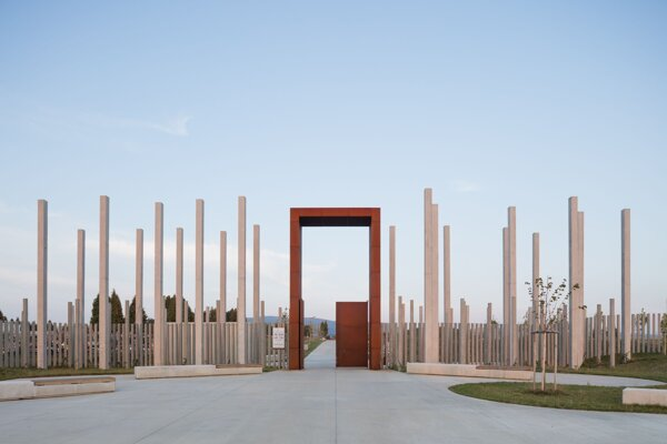 Cintorín na sídlisku Šváby získal nadnárodné ocenenie Big See award 2019. Nominovaný je aj na najprestížnejšiu architektonickú súťaž v Európe - EU Mies Award 2022.