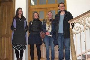 Zľava autorky Vladimíra Večeřová, Petra Lelláková, kurátorka Alžběta Cibulková a Omar Mirza z Nitrianskej galérie.