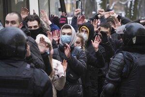 Zatýkanie demonštrantov v nedeľu 31.januára v Petrohrade. Títo si pýtali prepustenie Navaľného, ale polícia neváha zobrať aj náhodných okoloidúcich. Aj v Rusku sa oplatí radšej sedieť doma.