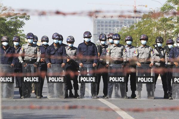 Polícia blokuje cestu v mjanmarskom meste Mandalay.
