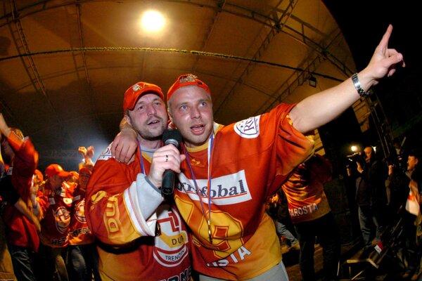 Majstrovské oslavy z roku 2004 v podaní Jiřího Heša (vľavo) a Tomáša Starostu.