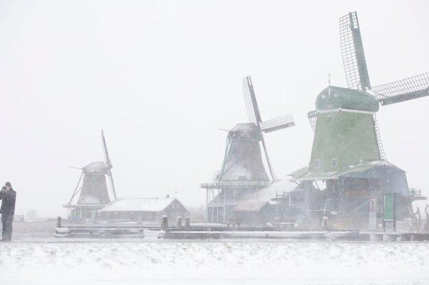 Veterné mlyny v zasneženom Holandsku.