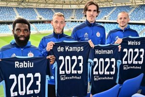Hráči Slovana Bratislava zľava: Ibrahim Rabiu, Joeri de Kamps, Dávid Holman a Vladimír Weiss ml.