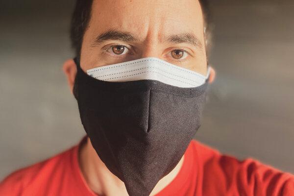Vrstvenie rúšok zvyšuje ochranu proti koronavírusu.