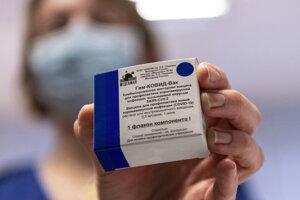 Zdravotná sestra ukazuje ruskä vakcínu Sputnik V počas očkovania proti novému koronavírusu v Budapešti