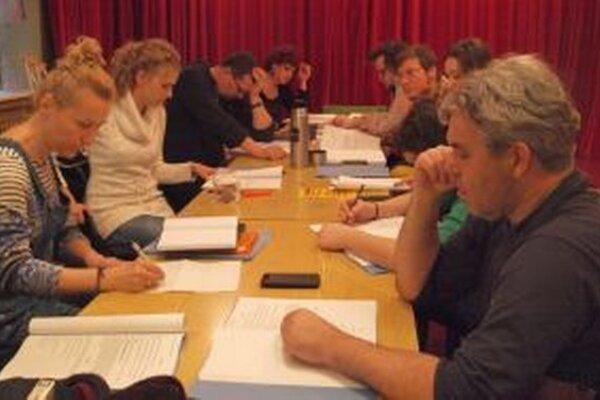 Herci a režisér Jakub Nvota na čítačke hry Chrám Matky Božej v Paríži.
