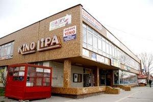 V budove sú obchody a služby, kino už roky nefunguje.