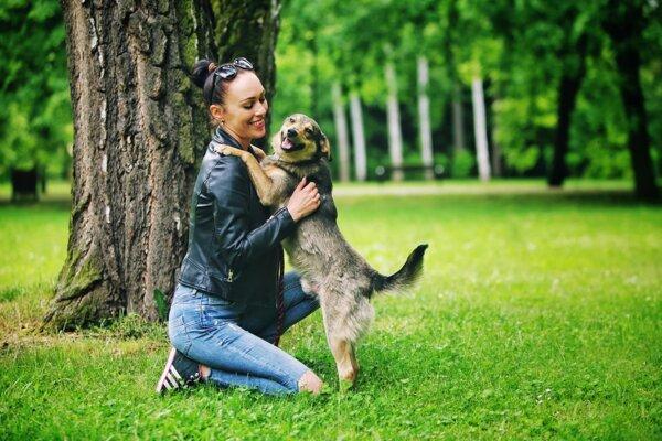 Petra Kováčová sa dennodenne stará o psíkov v útulku.