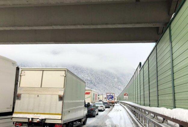 Premávka na talianskej diaľnici A22, vedúcej k Brennerskému priesmyku na hranici s Rakúskom.