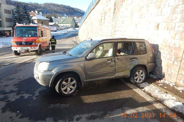 Osobné auto po havárii na križovatke v Novej Bani.