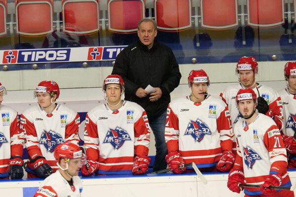 Hlavný tréner Milan Jančuška, v pozadí, má k odchodu hráčov jednoznačné stanovisko.