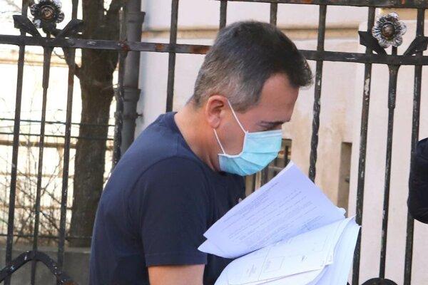 Richarda M. privádzajú na Špecializovaný trestný súd v Banskej Bystrici 14. marca 2020.