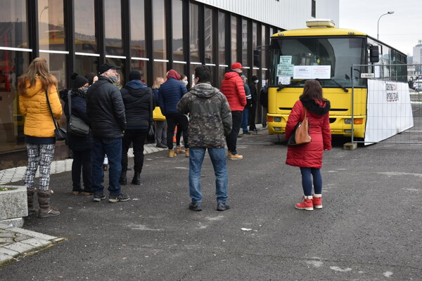 Mobilné odberné miesto vo vyradenom autobuse pri zimnom štadióne.