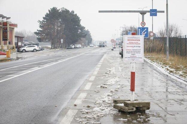 Situácia na hraničnom priechode Bratislava - Berg v smere do Rakúska počas sprísnenia opatrení na hraničných priechodoch od 17. februára 2021 v súvislosti s novými mutáciami koronavírusu.