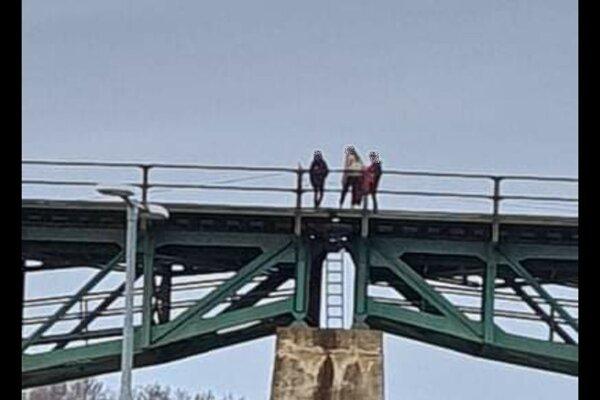 Mladí ľudia liezli aj do konštrukcie mostu.