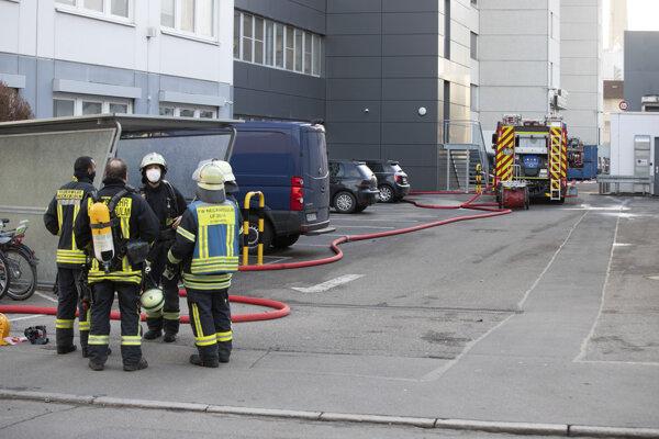 Policajti a hasiči zasahujú v priemyselnom areáli pred administratívnou budovou, v ktorej došlo k výbuchu v nemeckom meste Neckarsulm.