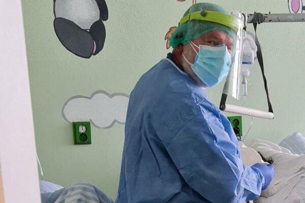 Kňaz pomáha na covid oddelení v nemocnici vo Zvolene.