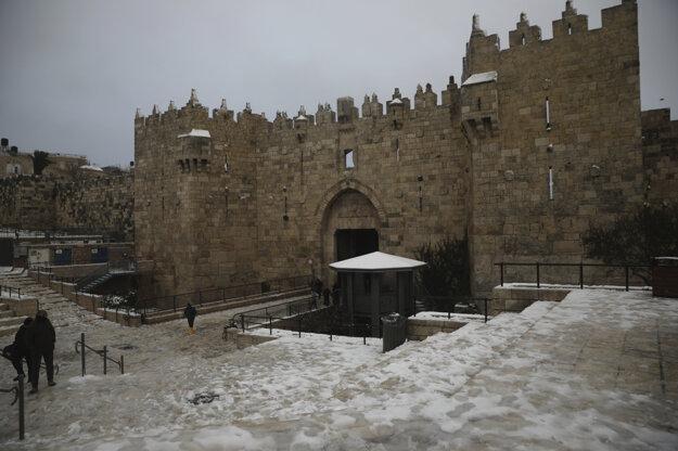 Zasnežené ulice pri múroch jeruzalemského Starého mesta.