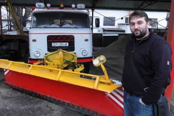 Branislav Varga, šéf Technických služieb, pred opravenou Liazkou určenou na zimnú údržbu ciest.