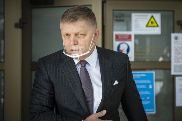 Robert Fico odchádza z budovy Prezídia Policajného zboru v Bratislave.