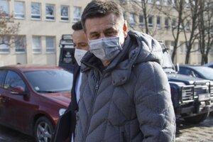 Bývalý minister životného prostredia László Sólymos odchádza z Prezídia Policajného zboru v Bratislave v rámci vypočúvania svedkov v kauze exministra hospodárstva a životného prostredia Petra Žigu, obvineného pre údajné podplácanie.