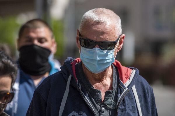 Na snímke obvinený Lehel H. prichádza spolu s rodinou na pojednávanie na Najvyšší súd SR v Bratislave 16. apríla 2020.
