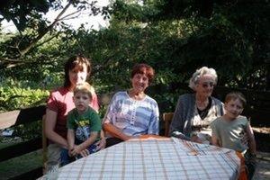 Pani Eva Mosnáková (uprostred) so svojou rodinou.