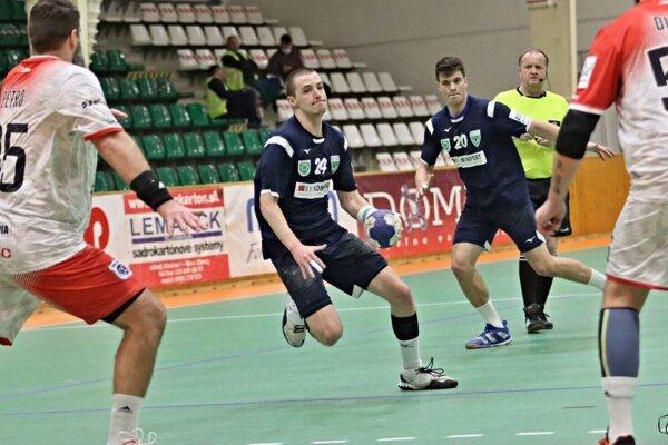 K víťazstvu Novozámčanov nad Šaľou výrazne prispel dôležitými gólmi v závere zápasu aj Mikuláš Kucsera (pri lopte).