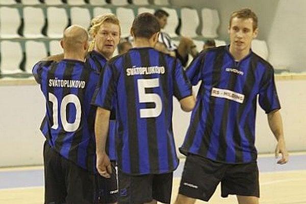 Radosť futbalistov Svätoplukova. Po postupe z prvého hracieho dňa hneď porazili ViOn C/Hostie.