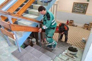 Pracovná čata VPS finišuje s prácou na obnove interiéru štadióna.